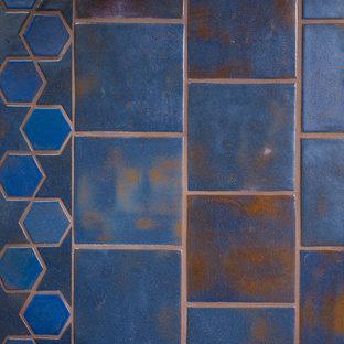 Inspiration pour une grand cave à vin méditerranéenne avec un sol en carrelage de céramique et un sol bleu.