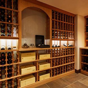 Imagen de bodega minimalista, de tamaño medio, con suelo de baldosas de porcelana y botelleros