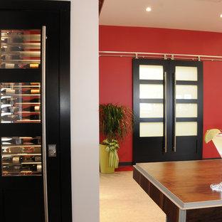Diseño de bodega contemporánea con suelo vinílico y vitrinas expositoras