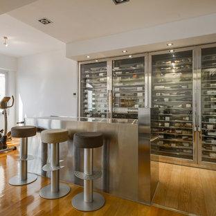 Imagen de bodega industrial con suelo de madera clara, botelleros y suelo marrón