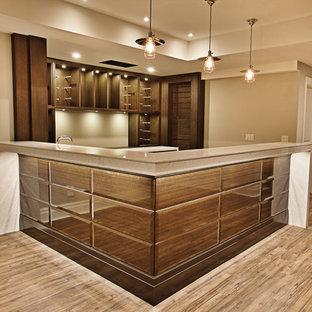 Diseño de bodega clásica renovada, de tamaño medio, con botelleros, suelo marrón y suelo vinílico