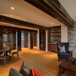 Diseño de bodega campestre, extra grande, con suelo de madera en tonos medios y vitrinas expositoras