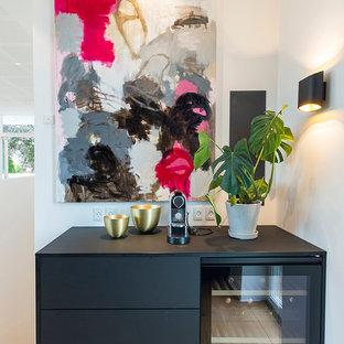 エスビャールの広い北欧スタイルのおしゃれなワインセラー (淡色無垢フローリング) の写真