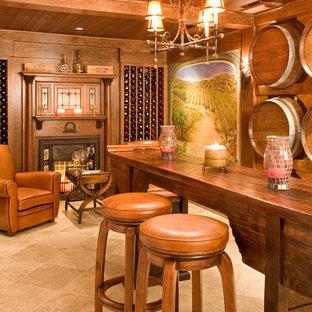 ニューヨークの地中海スタイルのおしゃれなワインセラー (トラバーチンの床、ワインラック) の写真