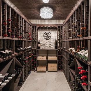 Idée de décoration pour une cave à vin chalet avec des casiers et un sol blanc.
