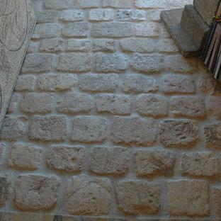 Foto de bodega mediterránea, de tamaño medio, con suelo de piedra caliza