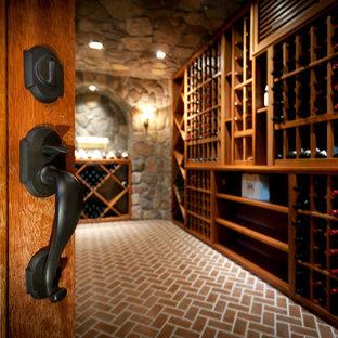 Idéer för stora vintage vinkällare, med tegelgolv, vinhyllor och rött golv