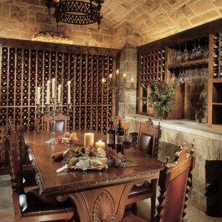 Bild på en medelhavsstil vinkällare, med vinhyllor