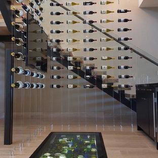 Idéer för att renovera en stor funkis vinkällare, med ljust trägolv