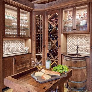 Klassisk inredning av en stor vinkällare, med skiffergolv och vinhyllor