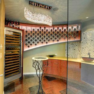 Immagine di una cantina contemporanea di medie dimensioni con moquette, portabottiglie a vista e pavimento beige