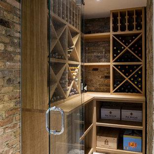 Inspiration för en mellanstor funkis vinkällare, med vinställ med diagonal vinförvaring och flerfärgat golv