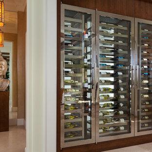 Imagen de bodega clásica renovada con vitrinas expositoras y suelo beige