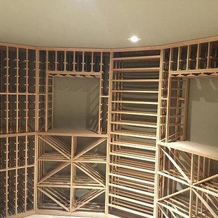 Idéer för att renovera en mellanstor funkis vinkällare, med klinkergolv i keramik, vinhyllor och beiget golv