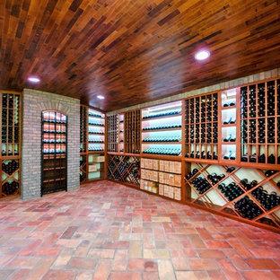 Imagen de bodega tradicional, extra grande, con suelo de baldosas de terracota y botelleros