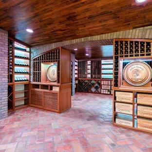 Diseño de bodega clásica, extra grande, con suelo de baldosas de terracota y botelleros