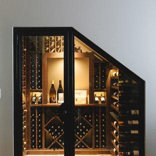 Aménagement d'une petit cave à vin classique avec un sol jaune.