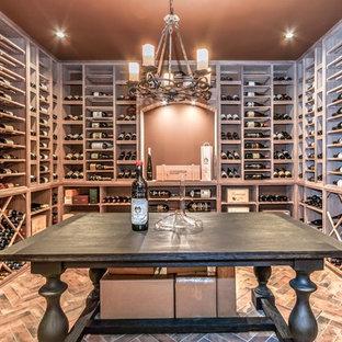 Exemple d'une cave à vin chic avec des casiers.
