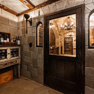Foto de bodega tradicional renovada, extra grande, con suelo de ladrillo y vitrinas expositoras