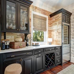 Foto di una cantina tradizionale di medie dimensioni con parquet scuro, portabottiglie a scomparti romboidali e pavimento marrone