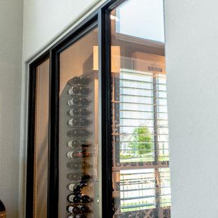 Idee per una cantina minimal di medie dimensioni con portabottiglie a vista e pavimento marrone