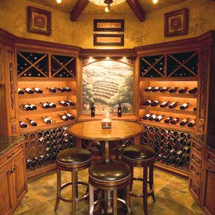 Bild på en medelhavsstil vinkällare, med vindisplay