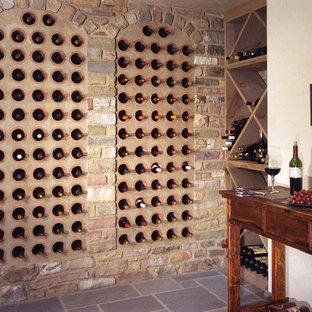 Cette image montre une grand cave à vin chalet avec un sol en carrelage de céramique et des casiers.