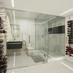 Imagen de bodega actual, de tamaño medio, con suelo de baldosas de porcelana, suelo blanco y vitrinas expositoras