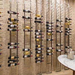 Idéer för att renovera en mycket stor vintage vinkällare, med travertin golv och vinhyllor