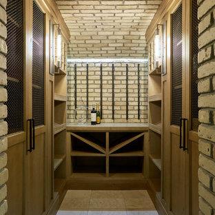 Ejemplo de bodega clásica renovada, de tamaño medio, con suelo de piedra caliza y vitrinas expositoras