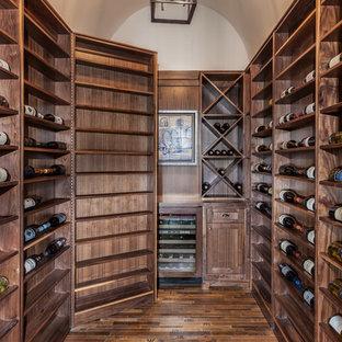 Foto på en vintage vinkällare, med korkgolv och vinhyllor