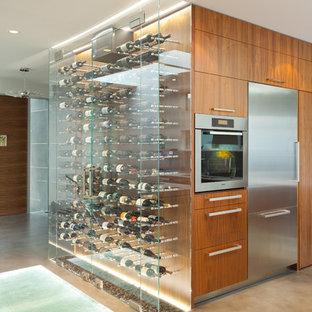 バンクーバーのモダンスタイルのおしゃれなワインセラー (ベージュの床) の写真