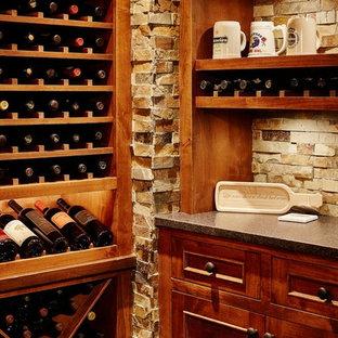 Idées déco pour une grand cave à vin classique avec un sol en ardoise, un présentoir et un sol gris.