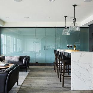 Idéer för mycket stora funkis vinkällare, med vinylgolv, vindisplay och svart golv