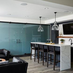 Ejemplo de bodega minimalista, extra grande, con suelo vinílico, vitrinas expositoras y suelo negro