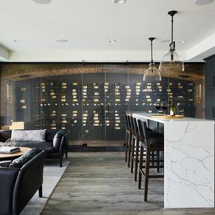 Exemple d'une très grand cave à vin moderne avec un sol en vinyl, un présentoir et un sol noir.