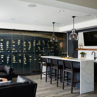 Foto de bodega minimalista, extra grande, con suelo vinílico, vitrinas expositoras y suelo negro