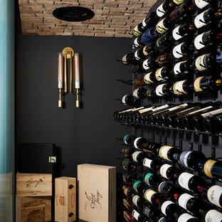 Inspiration för mycket stora moderna vinkällare, med vinylgolv, vindisplay och svart golv