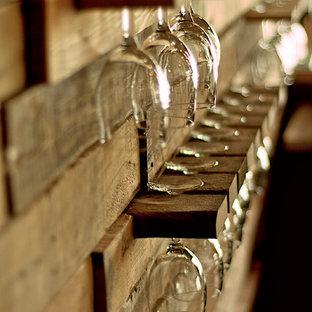 Bild på en stor industriell vinkällare, med klinkergolv i porslin och vindisplay