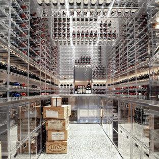 Cette image montre une grand cave à vin minimaliste avec un sol en linoléum, des casiers et un sol blanc.
