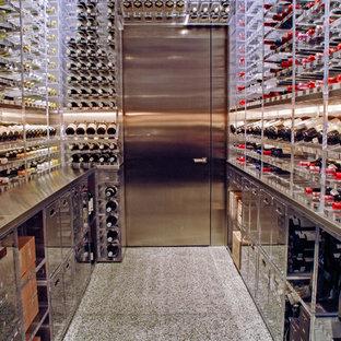 Imagen de bodega minimalista, grande, con suelo de linóleo, botelleros y suelo blanco