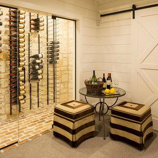 Cette image montre une cave à vin rustique de taille moyenne avec un sol en brique et un présentoir.