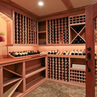 Inspiration pour une cave à vin traditionnelle.