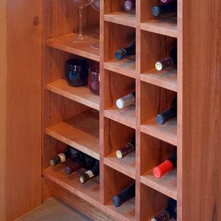 Foto de bodega de estilo americano, pequeña, con suelo de baldosas de cerámica y botelleros