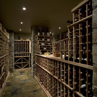 Idéer för att renovera en mellanstor amerikansk vinkällare, med vinhyllor och grönt golv