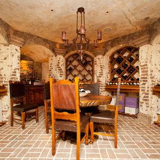 ローリーの中サイズの地中海スタイルのおしゃれなワインセラー (レンガの床、菱形ラック、赤い床) の写真