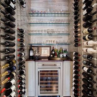 Foto på en stor vintage vinkällare, med mörkt trägolv