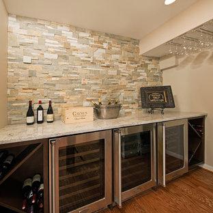 Diseño de bodega clásica renovada, de tamaño medio, con suelo de madera en tonos medios y botelleros de rombos