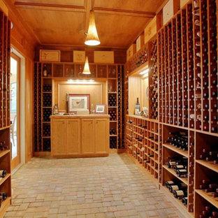 Cette image montre une grand cave à vin traditionnelle avec un sol en calcaire, des casiers et un sol beige.