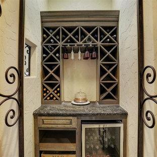 Diseño de bodega tradicional renovada, extra grande, con suelo de baldosas de cerámica, botelleros y suelo beige